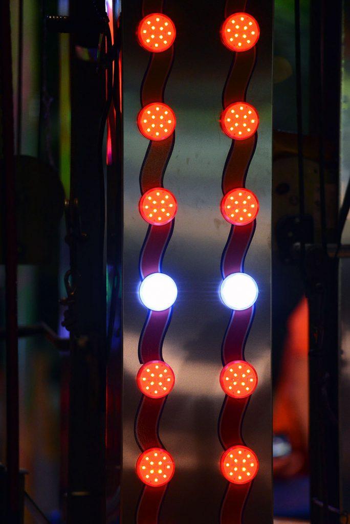Декорация-красные-лампочки