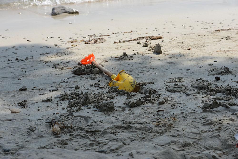 Детские-игрушки-на-песке-у-моря