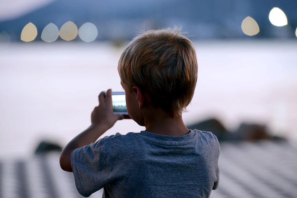 Маленький-мальчик-с-фотоаппаратом