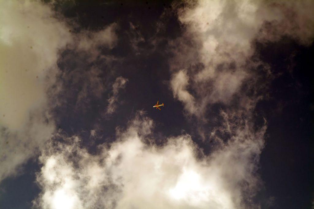 Самолёт-в-небе-над-майоркой