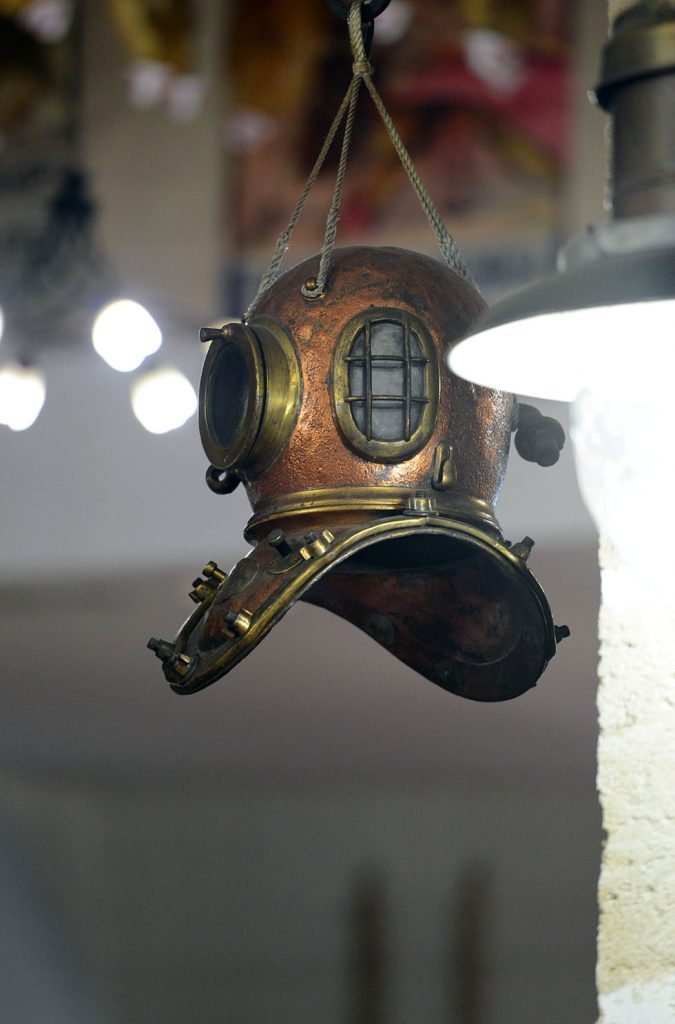Старинный-медный-водолазный-шлем